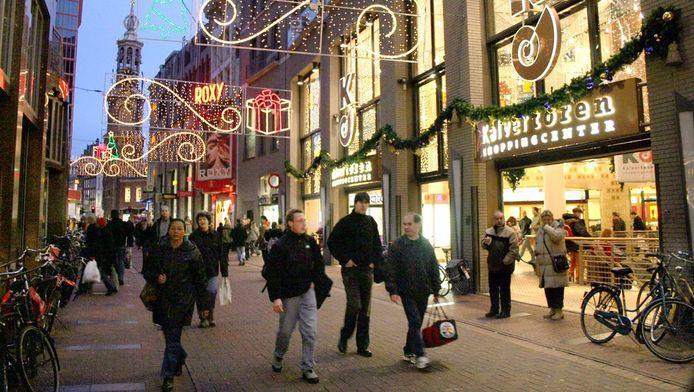 Kerstverlichting in de Kalverstraat. Archieffoto.