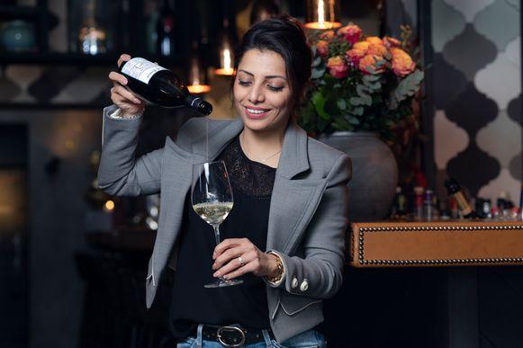 Sommelier Sepideh Sedaghatnia proeft 25 witte wijnen.