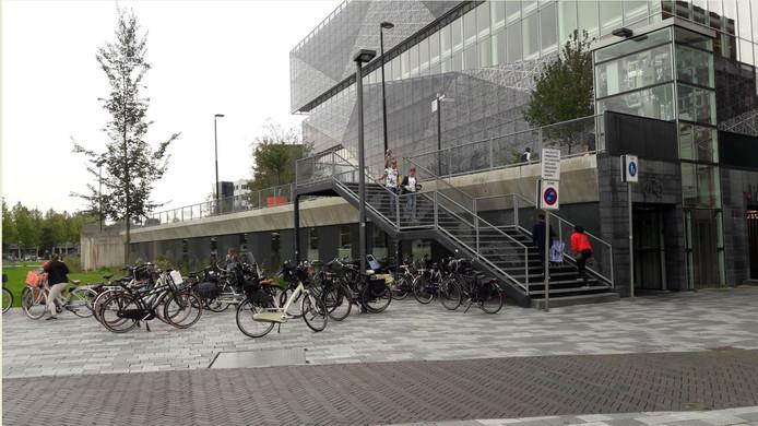 Veel fietsen staan buiten de stalling bij Citypaza in Nieuwegein geparkeerd ondanks dat dit een hotspot is voor fietsendieven.