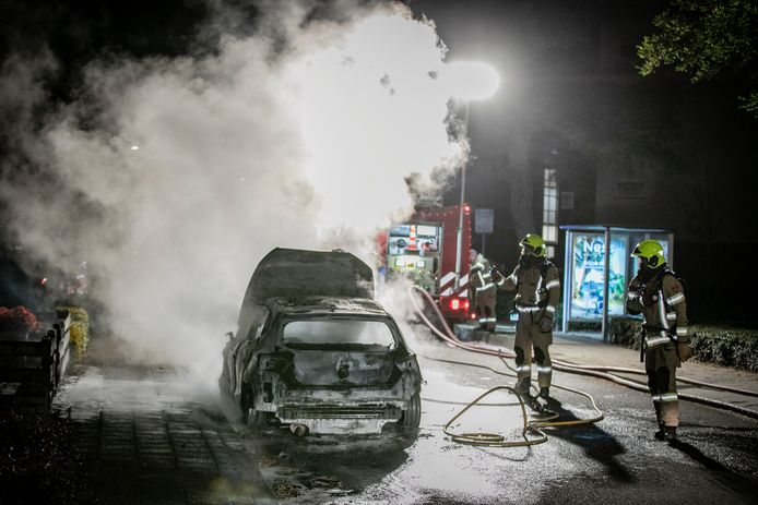 De brandweer kon het vuur blussen maar de auto was total loss. Ook een tuinhek ging in vlammen op.