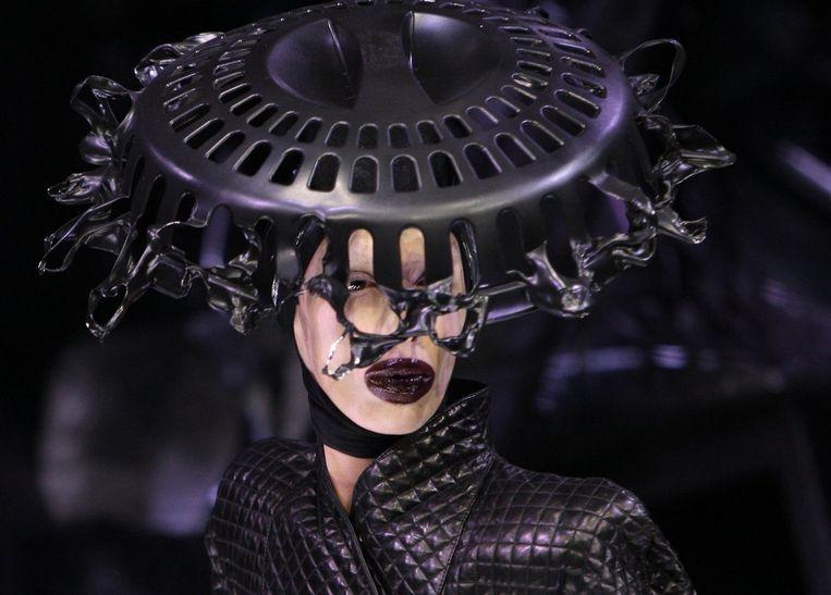 Typisch McQueen. De Britse ontwerper ¿ zijn label is tegenwoordig onderdeel van de Guccigroep ¿ werd bekend met bizarre, soms zelfs angstaanjagende shows. Foto AP Beeld