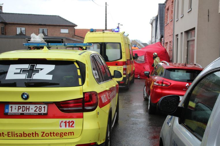 De brandweer plaatste net voor de hevige wolkbreuk een tent over het slachtoffer.