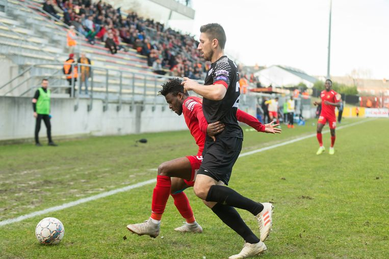 Agyiri (l) in het Stade Leburton in duel met Kotysch van OH Leuven.