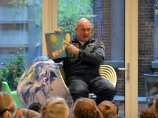 Astronaut André Kuipers leest Veenendaalse kinderen voor in de bibliotheek