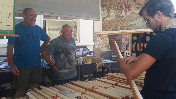 Handelaar Ruud Wilstra (links) doet goede zaken op de Deventer boekenmarkt.