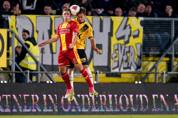 Martijn Berden gaat een kopduel aan met Robin Schouten van NAC Breda. De vleugelaanvaller van Go Ahead Eagles vond dat hij in Breda zeker een doelpunt had moeten maken.