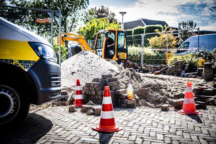 Medewerkers van Stedin waren dinsdag al voordat de bouwvergunning verleend werd druk aan het werk op de bouwplaats.