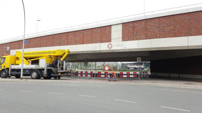 Opruimwerkzaamheden nadat woensdag in alle vroegte een vrachtwagen vast kwam te zitten onder het viaduct van de Oversteek aan de Weurtseweg.