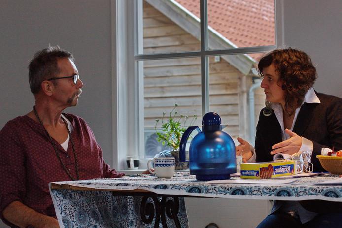 Boerderij-eigenaar Boris (Rik Thibaut) en gebiedsmanager Saar (Esther van de Zouw) discussiëren aan de keukentafel over de toekomst van het platteland.