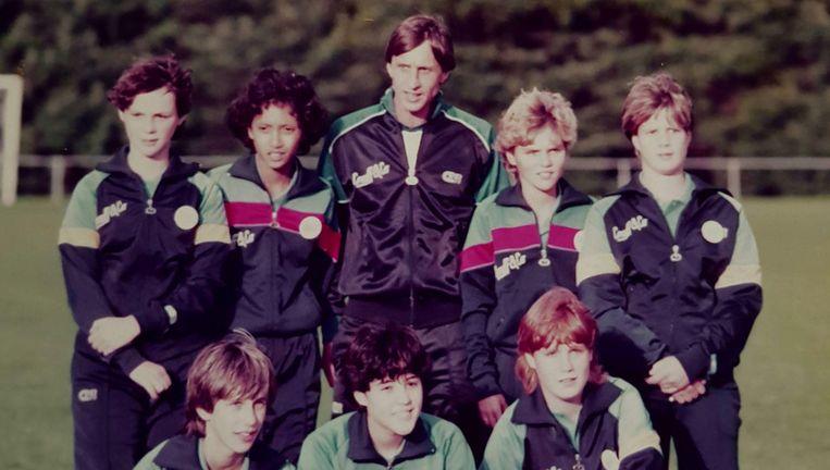 Sarina Wiegman (rechts naast Johan Cruijff) poseert met de Haagse selectie die op het complex van de KNVB training van Cruijff heeft gehad, 1983. Beeld