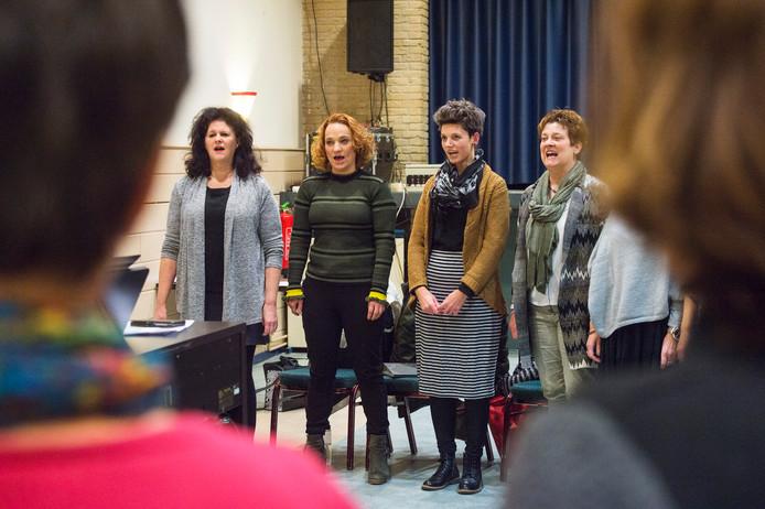 Gera de Jong (tweede van links) en koor repeteren.