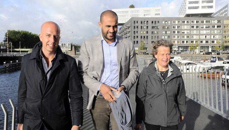 Afgelopen woensdag verscheen de kickbokser nog samen met zijn advocaten Benedicte Ficq (R) en Christian Flokstra (L) bij het Paleis van Justitie. Beeld anp