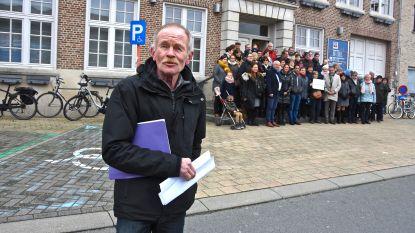 Petitie met 1.315 handtekeningen voor geldautomaat in Rekkem overhandigd aan stadsbestuur