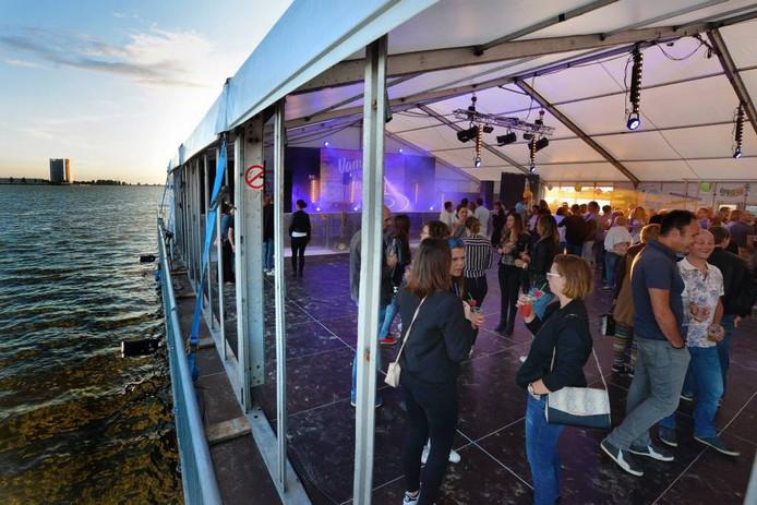 Voor de 450 bezoekers was er ruimte genoeg op het kleine tropische eilandje waardoor er ook gedanst kon worden. foto peter van trijen/pix4profs