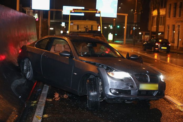 De auto is zwaarbeschadigd geraakt bij het ongeval in de Willemstunnel.
