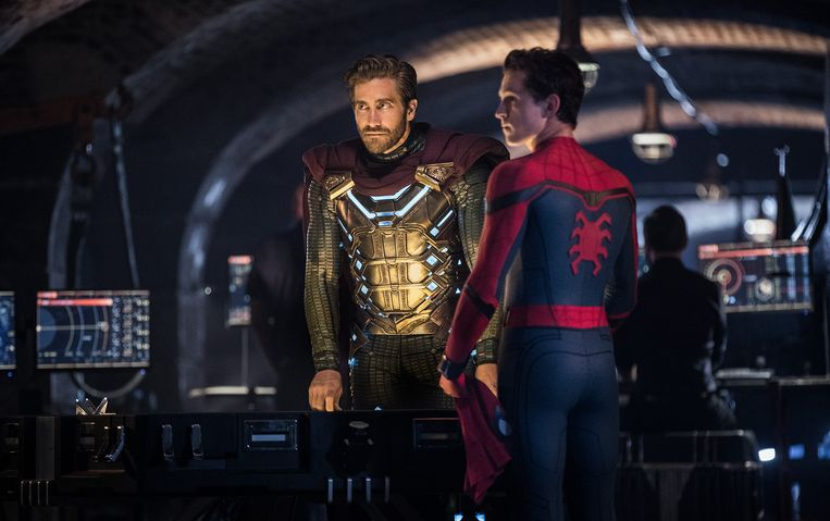 Jake Gyllenhaal en rechts Tom Holland als Spider-Man.