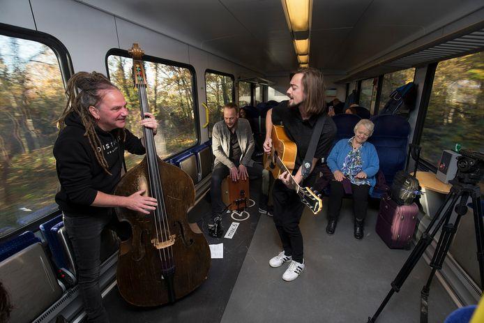 Dit jaar zal er op de Dag van de Achterhoekse popmuziek geen live muziek in de trein klinken. In verband met de coronamaatregelen moet de organisatie op zoek naar alternatieve locaties.