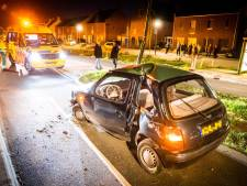 Auto botst met volle vaart op lantaarnpaal in Son, man flink gewond