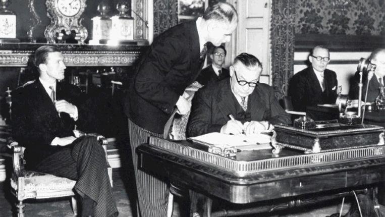 De Britse minister Bevin ondertekent op 5 mei 1949 het verdrag over de Raad van Europa. (Spaarnestad) Beeld