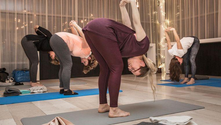 Op de laatste yogales van het jaar heeft Mariet Verhagen maar een klein klasje bij Loyens & Loeff op de Zuidas Beeld Dingena Mol