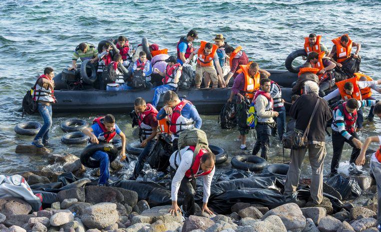 'Mensen' komen aan in Griekenland op het strand van Lesbos. Zijn het Syrische vluchtelingen, asielzoekers, illegale immigranten of arbeidsmigranten? Beeld anp