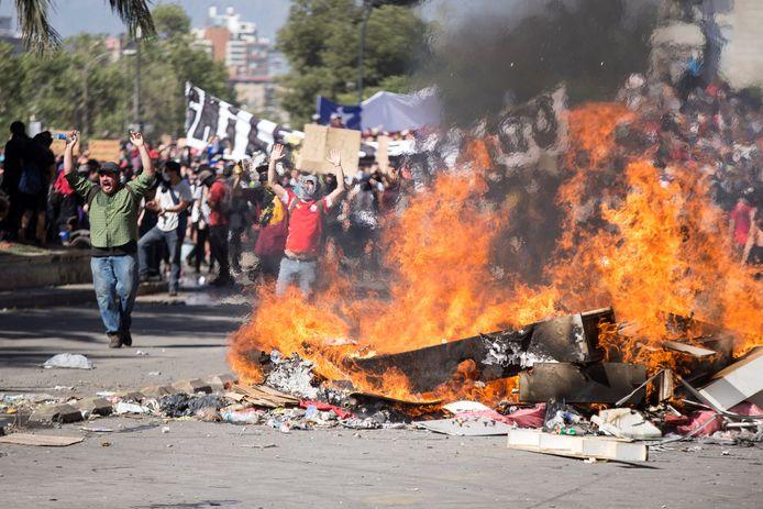 Betogers in de Chileense hoofdstad Santiago. De noodtoestand is van kracht in heel het land.