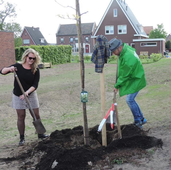 Fractievoorzitter Leo Morren plantte de boom samen met buurtbewoonster Roos Leemereize