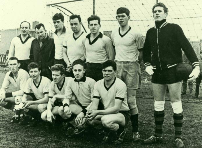 Het kampioenselftal van Maaskantse Boys van 1965.
