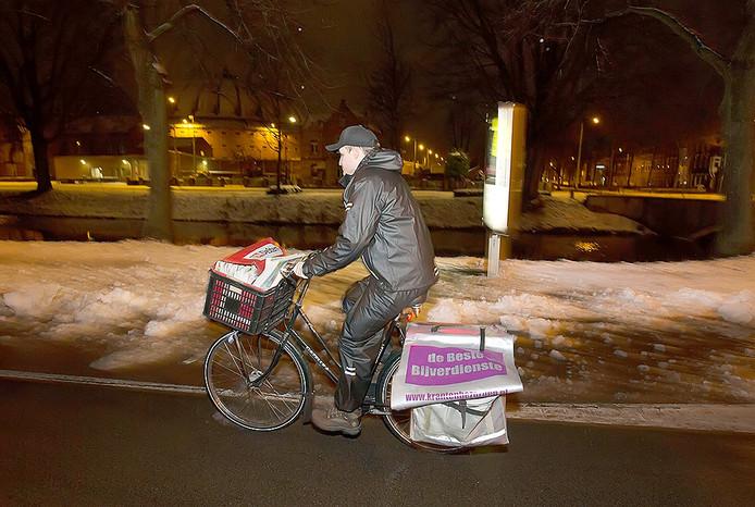 Reportage over de krantenbezorging. Krantenbezorger Ivo met volgepakte fietstassen op weg naar zijn wijk. Foto: Joyce van Belkom/Pix4Profs