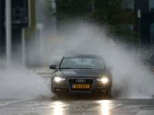 Slimmer autorijden in hoosbuien: zo voorkom je ongevallen door aquaplaning