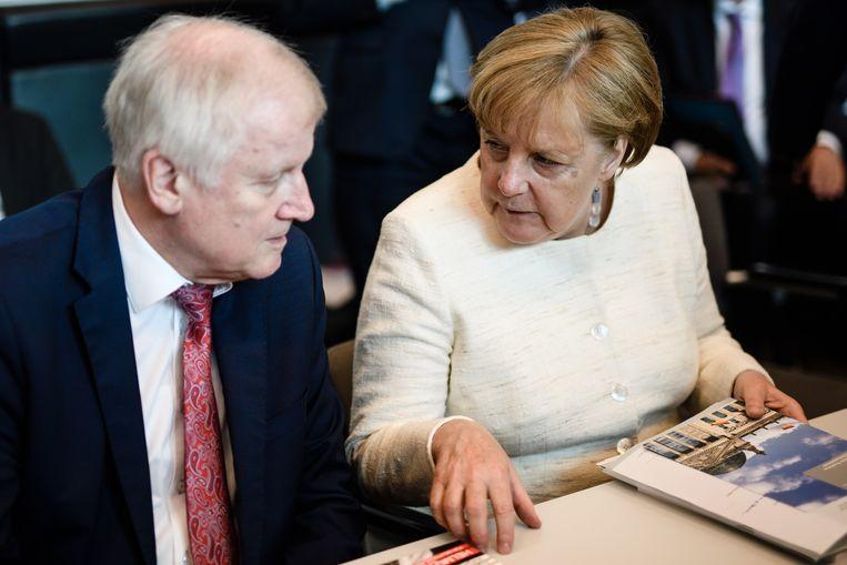 Bondskanselier Angela Merkel en minister Seehofer. Beeld null