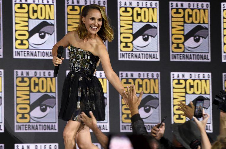 Natalie Portman begroet haar fans.