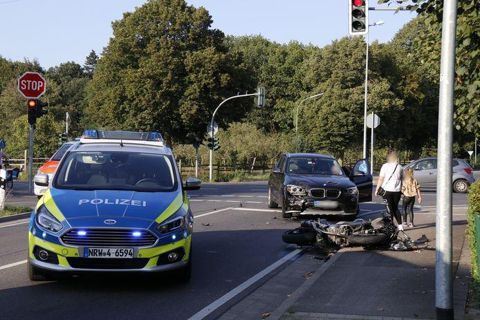 De auto en motor zijn flink beschadigd, maar niemand raakte gewond bij het ongeluk bij Ven-Zelderheide.