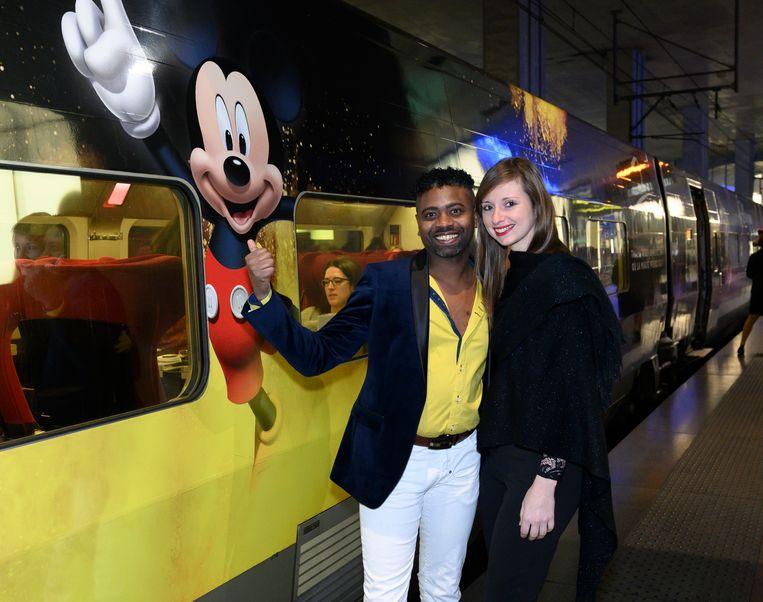Johan Kalifa Bals en Selina voor de Thalys. Het treinstel is aangekleed met verschillende Disneyfiguren. Waaronder Mickey Mouse.