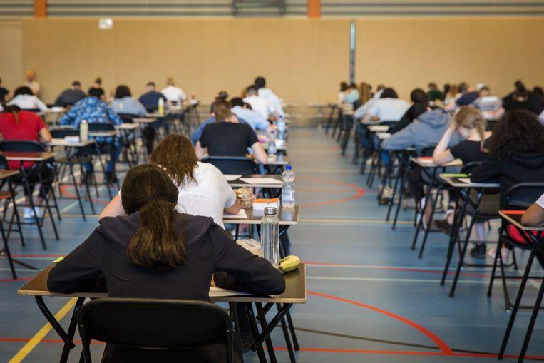 Middelbare scholieren klagen minder over de examens