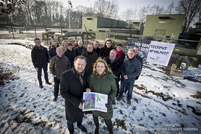 Campagne GroenLinks met TK-lid Liesbeth van Tongeren, reikt in Rossum lintje uit aan de voorzitter actieclub Stop Afvalwater, Freddy Mensink.