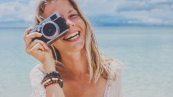 Familie betaalt 7.500 euro per maand voor m/v die mee op vakantie gaat en foto's maakt