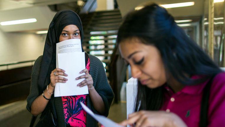 Leerlingen van een school in de Londense wijk Stoke Newington met hun eindexamenresultaten. Beeld getty