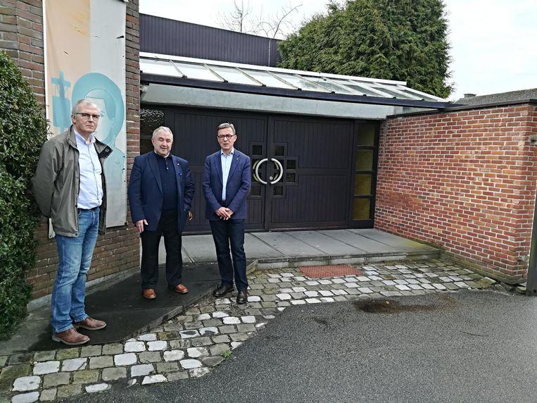 Erik Peirelinck, directeur van Martine Van Camp, deken Felix Van Meerbergen en Benoit De Ceunynck van de Lions Club voor de ingang van de kerk.