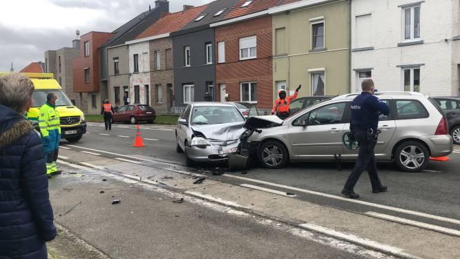 Auto's botsen frontaal : bestuurder naar ziekenhuis