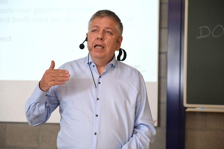 Minister Jo Vandeurzen (CD&V) tijdens zijn eerste gastcollege in hogeschool UCLL.
