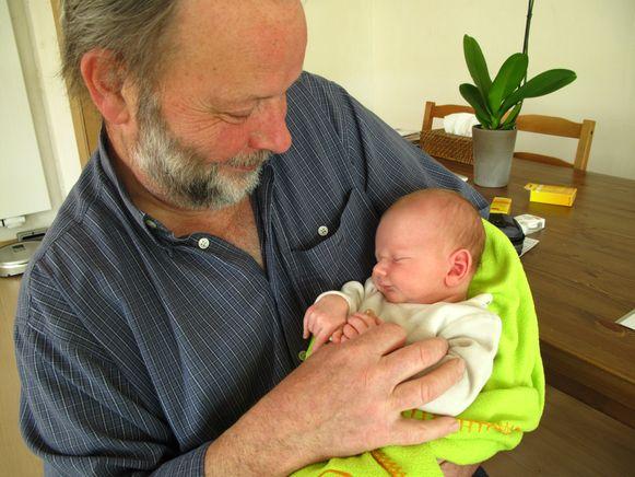 Willy Adams met Finn, toen hij nog een baby was.