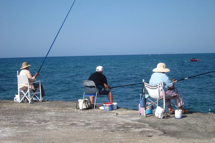 Heus niet alleen mannen vissen. Hier op Kreta halen juist de vrouwen het eten binnen.