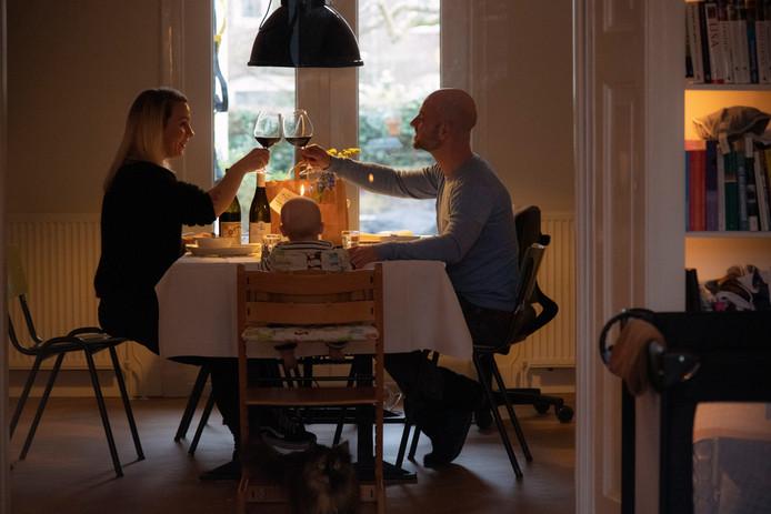 Daniël de Grood en Jessica Jorritsma met zoontje Guus aan het diner.