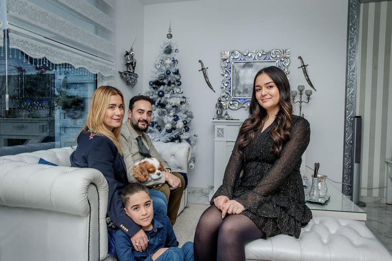Evrim Uyar (links) met haar man en haar twee kinderen.  Beeld Jean-Pierre Jans