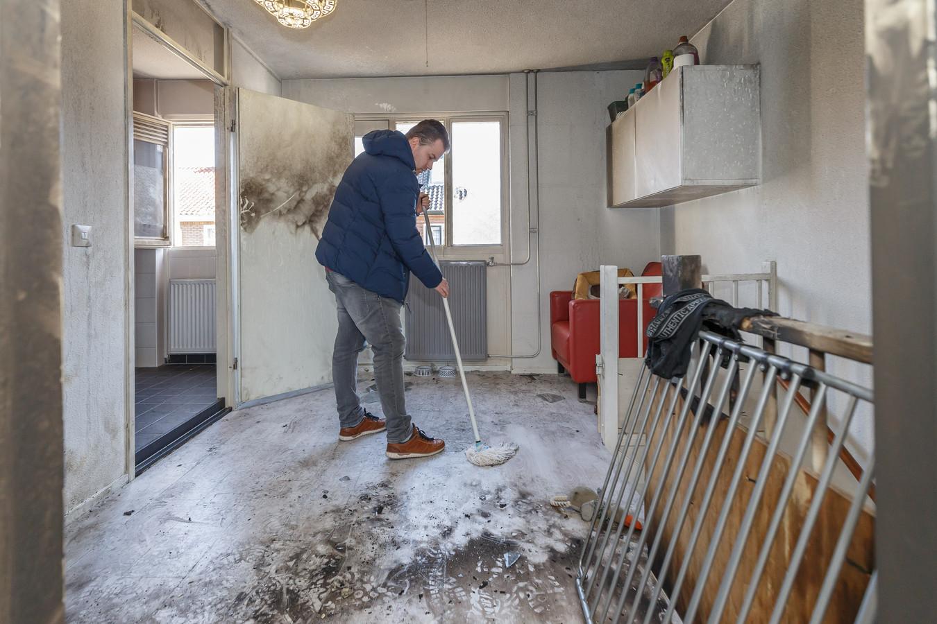 Dinkelberg probeert zijn woning weer een beetje op orde te krijgen.