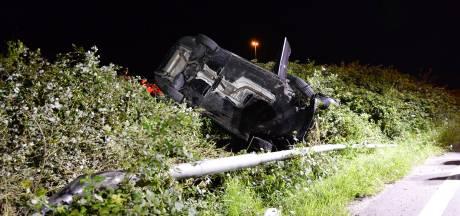 Auto raakt van weg bij oprit A58 bij Etten-Leur, gewond naar ziekenhuis