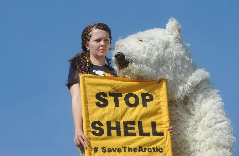 Een Greenpeace-activist in 2012 demonstreert tegen Shell. Beeld afp
