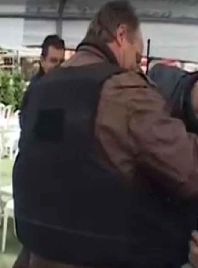 De knokploeg draagt kogelwerende vesten.