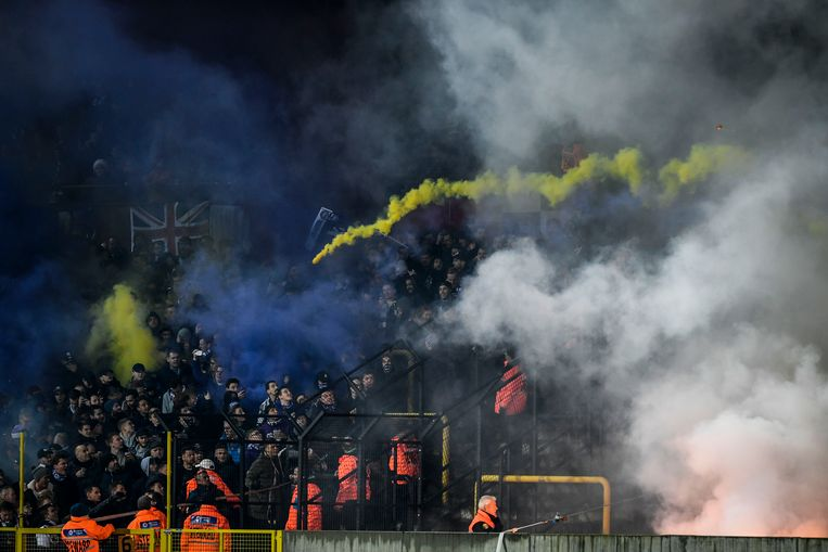Een vuurpijl vliegt van de ene supportersclan naar de andere tijdens de match Lierse - Beerschot-Wilrijk.